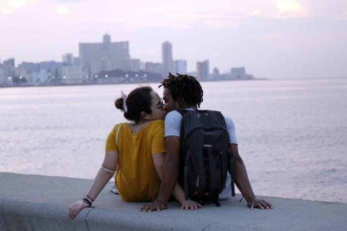 Pareja de enamorados disfrutan del Malecón habanero. Foto: Jorge Luis Sánchez Rivera