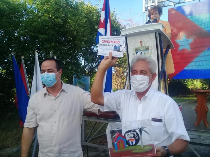 Confieren Comités de Defensa de la Revolución Premio del Barrio al Dr. Francisco Durán (+ Tuit y Fotos)